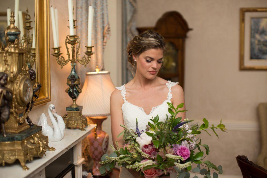 bride-holding-bouquet-drumore-estste-1100×733