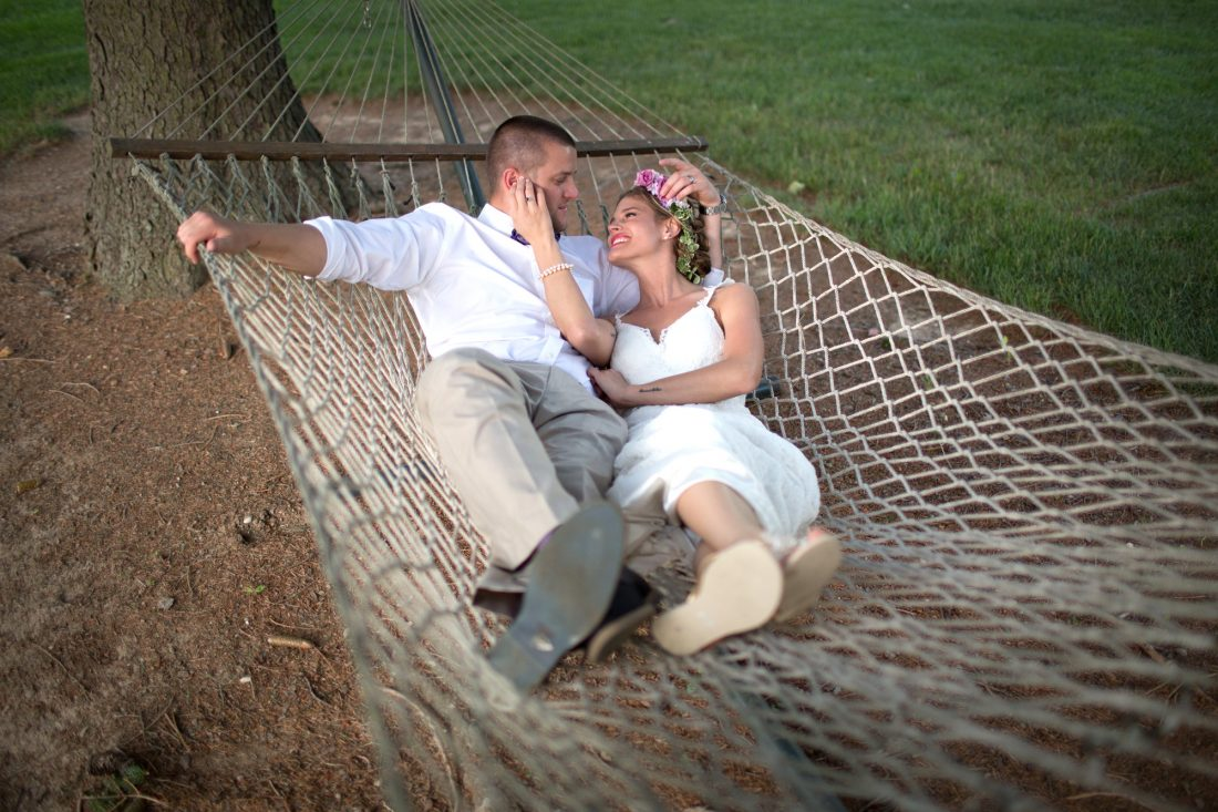 groom-bride-hammock-1100×733