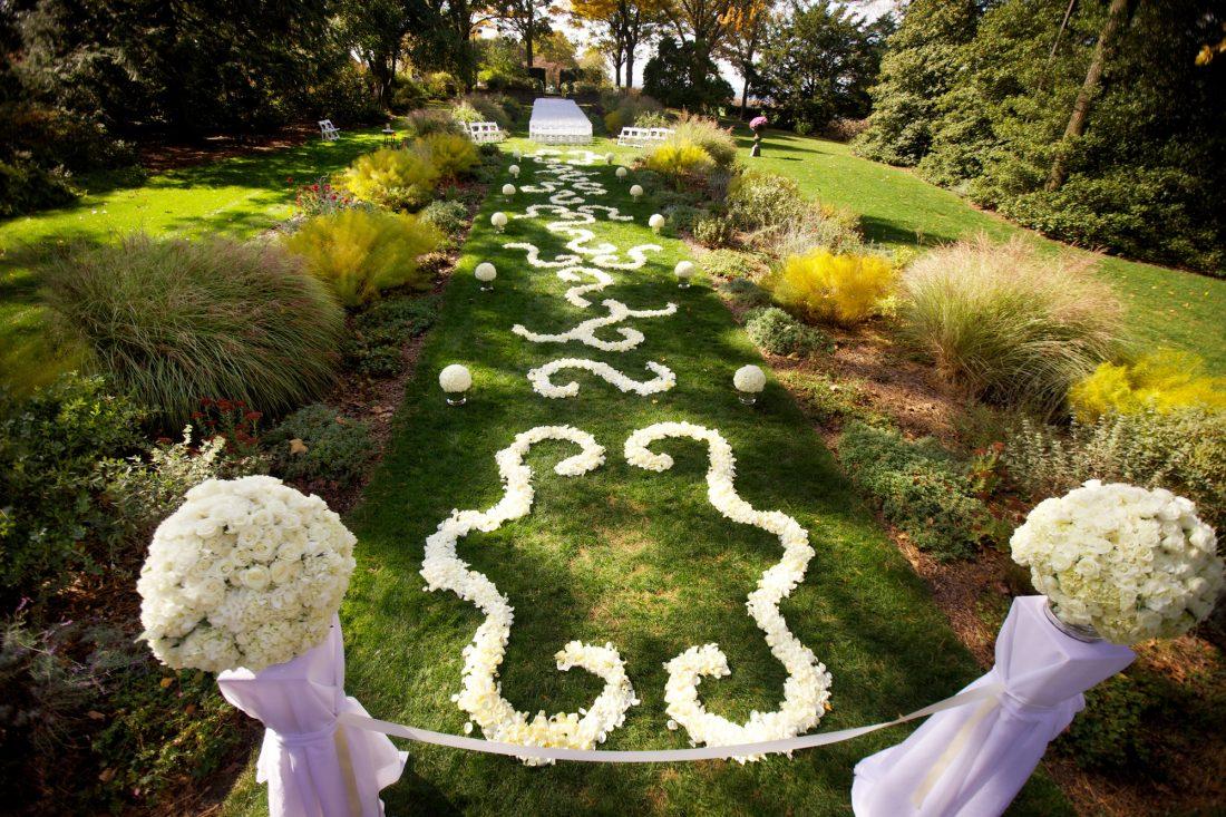 rose-petal-pattern-wedding-aisle-1100×733